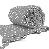 Sugarapple Baby Nestchen Bettumrandung dick gepolstert für Beistellbetten, Kopfschutz und Kantenschutz für babybeistellbetten, Bettnestchen Maße: 150 x 25 cm, Grau mit weißen Sternen