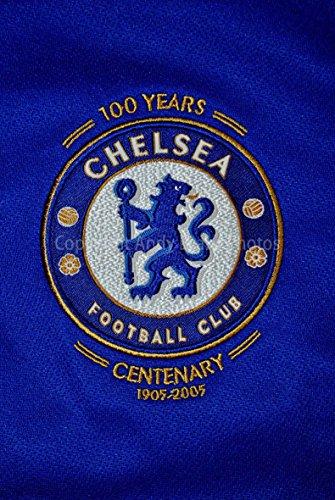 Foto ein 30,5x 45,7cm Hochwertiger Fotodruck der Chelsea Football Club Centenary Shirt Badge Club Wappen Hochformat Foto Farbe Fine Art Bild Print. Fotografie von Andy Evans Fotos (Kit Replica Chelsea)