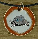 Echtes Kunsthandwerk: Hübscher Keramik Anhänger mit einer Schildkröte; Kriechtier, eierlegend, Reptil, wechselwarm, griechische Landschildkröte