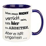 Tasse- Man muss nicht verrückt sein(weiß/dunkelblau): Kaffeetasse bedruckt als Geschenkidee für Kollegen oder Freunde - individueller großer Keramik Kaffeebecher mit Gravur in mehreren Farben erhältlich
