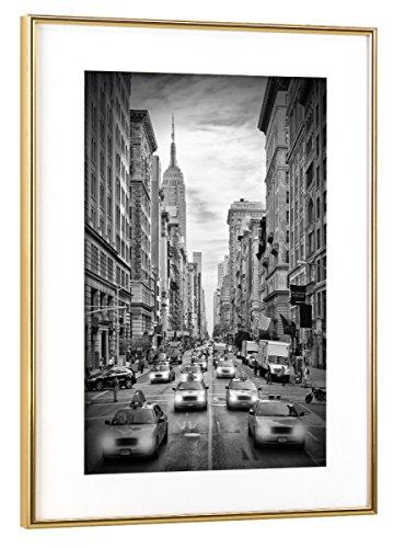 artboxONE Poster mit Rahmen Gold 45x30 cm New York City 5th Avenue Verkehr | Monochrom von Melanie Viola