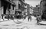 The Poster Corp Vintage Images – 1920s-1930s Street Scene with Crowd In Front of Hotel Regina Malaga Spain Artistica di Stampa (60,96 x 91,44 cm)