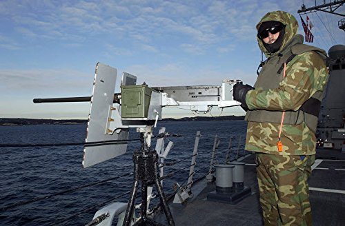 The Poster Corp Stocktrek Images - US Navy Petty Officer Mans a 50 Caliber M2 Machine Gun Kunstdruck (86,36 x 55,88 cm) -