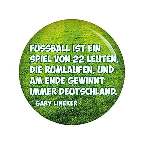 Kiwikatze® Sport - Fußballerzitate - Fussball ist ein Spiel von 22 Leuten, die rumlaufen, und am Ende gewinnt immer Deutschland. 37mm Button Pin Fussball Weltmeisterschaft Bundesliga EM WM