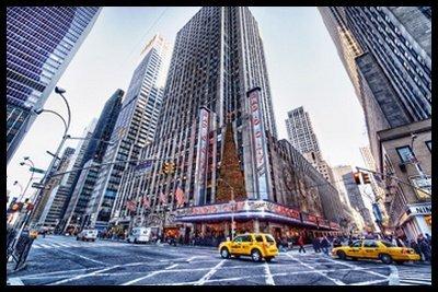Bild mit Rahmen Dr. Michael Feldmann - Radio City Music Hall - Digitaldruck - Alimunium schwarz glänzend, 90 x 60cm - Premiumqualität - USA, Amerika, New York, Metropole, Städte, Gebäude / Manhattan, Rockefeller Center, Architektur - MADE IN GERMANY - ART-GALERIE-SHOPde - Radio City Music Hall Manhattan