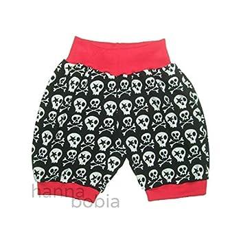 kurze Pumphose, Babyhose in Größe 98 aus Jersey mit Sculls auf schwarz mit roten Bündchen, 95% Baumwolle, 5% Elasthan