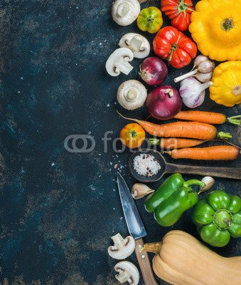 Wunschmotiv: Fall harvest vegetable ingredients for healthy cooking. Tomatoes, onions, mushrooms, carrots, pumpkin, patissons, garlic, spices and knives on dark blue grunge plywood background. Top view, copy space #120763651 - Bild als Foto-Poster - 3:2 - 60 x 40 cm / 40 x 60 cm Blue Tomato Knife