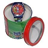 Grazioso orologio analogico da polso che raffigura i personaggi dei Super Pigiamini. L'orologio è completamente in plastica. Costodito in una simpatica confezione in latta, rappresenta l' oggetto ideale per un regalo. Dimensioni confezione: C...