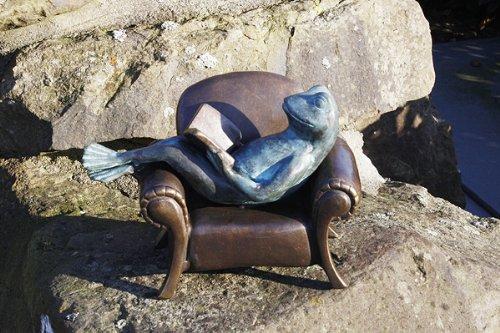 Unbekannt Bronzeskulptur lesender Frosch im Sessel Dekoration für Haus und Garten