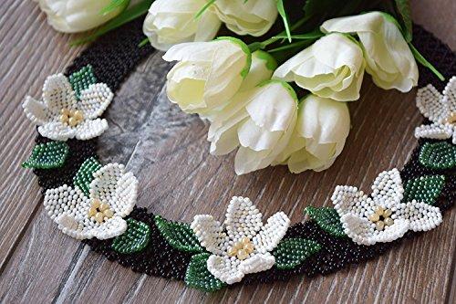 Perlenkette mit weißen Blumen