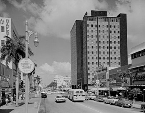 USA Florida Miami Beach Lincoln Road Main Shopping Street with Federal Building Poster Drucken (60,96 x 91,44 cm)