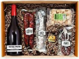 Una cesta de regalo perfecta para disfrutar en familia. Contiene una cuidada selección de productos gourmet presentados en caja regalo. Chorizo, fuet a la cerveza, fuet extra, regañá, foie gras, vino. Cuidadosamente empaquetado a mano por Pet...