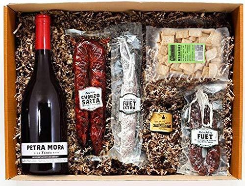 Una cesta de regalo perfecta para disfrutar en familia. Contiene una cuidada selección de productos gourmet presentados en caja regalo. Chorizo, fuet a la cerveza, fuet extra, regañá, foie gras, vino. Cuidadosamente empaquetado a mano por Petra Mora.