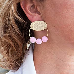Damen ohrringe creolen.Ohrringe für Frauen mit Ring- und Harzbällen. Oval in gehämmertem Finish und mattem Gold.Farbe Rose