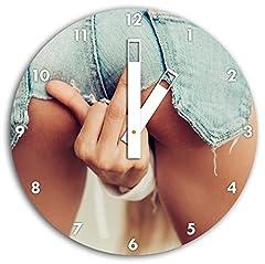 Idea Regalo - Stil.Zeit Freche Frau zeigt Mittelfinger in Sexy Pose | Wanduhr Rund Durchmesser 30cm | Weiße eckige Zeiger | Material: Aluverbund | Dekoartikel | Designuhr