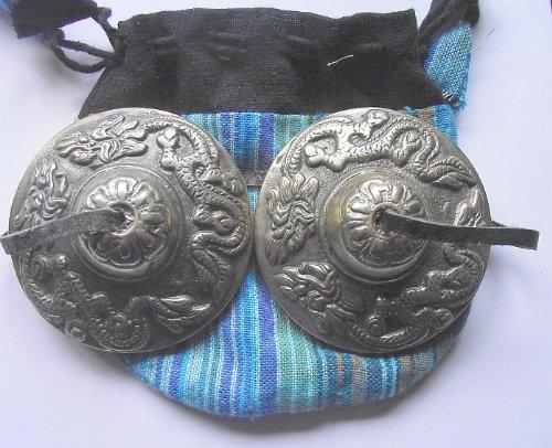 SCHÖNE TIBETANISCH BUDDHISTISCH HANDBECKEN (TINGSHA) MIT LEDERBAND; 6, 2CMS Dia. Geprägt mit 2 Schützmünzen Tibetanisches Dragons (Naga) verpackt IN einer Zugkordel (verschiedene Designs) Buntes - SPIRITUAL Gifts. WIRD NORMALERWEISE INNERHALB VON 2 WERKTAGEN VERSCHICKT.