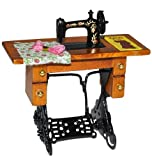 Miniatur Nähmaschine mit Tisch - für Puppenstube Maßstab 1:12 - Nähmaschinentisch Puppenhaus Puppenküche klein Stoff Garn Schnittmuster