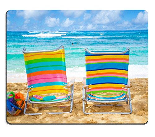 Liili Mauspad Naturkautschuk Mousepad Bild-ID: 20609880Zwei Colorful Strand Stühle unter von The Ocean mit Sonnenschutz und Kid s Beach Toys mit Paar in the Ocean auf Hintergrund (Ocean Sonnenschutz)