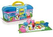 Mallette décorée aux couleurs de Peppa Pig et ses amis.Les enfants vont être heureux de recréer leurs personnages préférés de Peppa Pig en pâte à modeler afin d'organiser un vrai pique nique ! Contient :- 4 pots de pâte à modeler - 1 seringue...