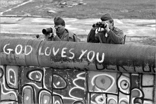 Posterlounge Acrylglasbild 60 x 40 cm: Ostdeutsche Grenzwächter beobachten Demonstranten im...