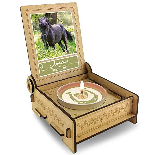 TROSTLICHT   Trauerkerze Pferd   personalisiert mit Foto & mit Namen   Holz-Box mit Spruch & Hufeisen   Andenken Pferd Erinnerung   Trauer Haustier (Spruch Hufe) -
