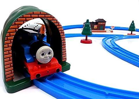 Brigamo 553 - Elektrische Eisenbahn Zug Set mit Thomas Lokomotive und Anhänger, umfangreiche Startpackung