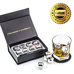 Idea Regalo - Esclusivo Whisky Stones Set di Regalo in Acciaio Inox - Cubetti di Ghiaccio per il Whiskey Riutilizzabili - Set di Pietre da Whisky - Cubetti Refrigeranti con Sottobicchieri + Pinze by Amerigo