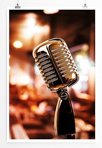 Eau Zone Home Bild - Art Fotos – Retro Mikrofon vor einem Café- Poster Fotodruck in höchster Qualität