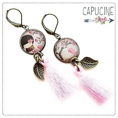 Boucles d'oreilles pendantes avec cabochon kokeshi et oiseau rose - Boucles d'oreilles pompons - La Kokeshi & l'Oiseau