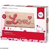 Rayher 70025000 Bastelset Nagelbild Motiv Love Holzplatte, natur, 21 x 10 x 0,9 cm, 2 Stränge Garn in rot und rosé, 80 Ziernägel, Fadenspannbild