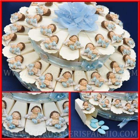Gastgeschenktorte für Konfetti-Mandeln, aus Hartpappe Farbe Creme, verziert mit einem hellblauen Bändchen mit einer Schleife und Perlen auf dem Boden und einer Abdeckung aus Tüll, auf jedem Stück befindet sich ein Magnet aus farbigem Harz in Form eines Engelchens mit einem hellblauen Kleidchen, das einen hellblauen Bär hält, für Jungen –Bonboniere Geburt, Taufe, Kommunion, erster Geburtstag 40 fette Confetti Celesti