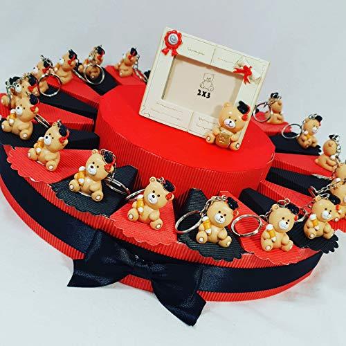 Portaconfetti scatoline laurea a forma di torta bomboniere - torta con fette + oggetti + confetti crispo rossi - gli oggetti sono orsetti portachiavi o magneti, confezionati su torta o sacchetti a seconda della scelta selezionata (torta 20 fette portachiavi 1 piano a)