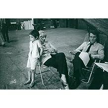 Vintage Photo de Nathalie Delon assis dans un fauteuil avec son fils Anthony et Mari Alain Delon.