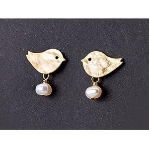Niedliche Perlen-Ohrringe / Zierlicher Perlen-Schmuck: Matt vergoldete Vogel-Ohrstecker mit echten Süßwasser-Perlen; Vögelchen-Stecker