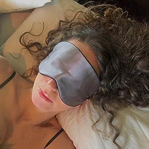 Schlafmaske / Schlafbrille aus Seide mit Anti-Aging Effekt für Damen und Herren von Sleep Fountain | Hochwertige und weiche Augenbinde zum Schlafen mit Kupferionen-Technologie | Inkl. Luxus-Etui. Schlafen Sie besser und sehen Sie toll aus. Klinisch getestet.