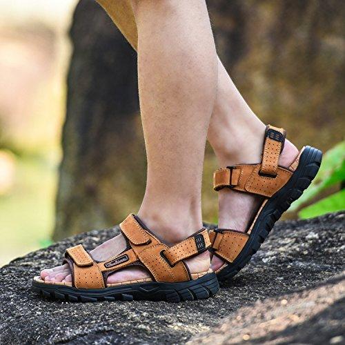 des hommes jeunes d'été des sandales en cuir Golden