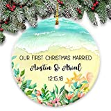Dozili Adorno de Navidad Personalizado para Parejas Our First Christmas Married - Personalizado con Nombres y Fecha escritas en la Arena