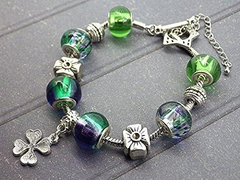 Bracelet charms Thurcolas modèle Caprese en métal plaqué argent, perles en résine multi couleur dominante verte et bleue avec pendentif trèfle. - Resina Charm