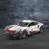 La réplique du modèle Porsche 911 RSR avec une multitude de caractéristiques authentiques, y compris une aile arrière avec des supports « col de cygne », un diffuseur arrière étendu et des rétroviseurs aérodynamiques, plus des jantes à rayons...