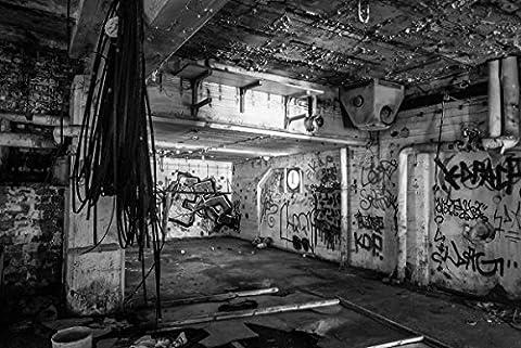 Wallario Premium XXL Vliestapete Alte verlassene Fabrik in schwarz weiß mit Graffiti - Größe: 400 x 267 cm