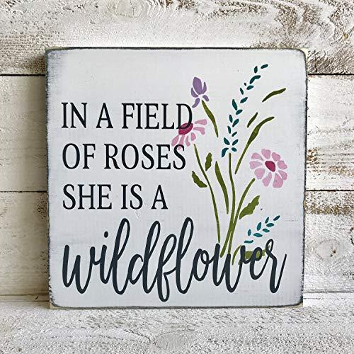 CELYCASY Holzschild, Aufschrift In a Field of Roses she is a Wildflower, für Mädchen