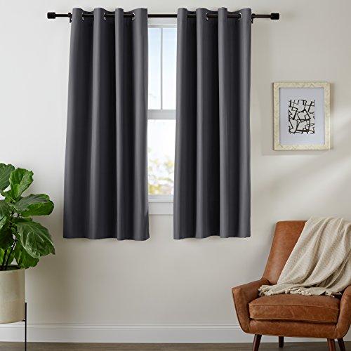 AmazonBasics - Juego de cortinas que no dejan pasar la luz, con ojales, 137 x 117 cm, Negro