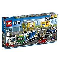 Carica il camion e consegna la merce!Unisciti agli addetti del Terminale merci di LEGO® City per rifornire la città con il camion dotato di rimorchio, carrello elevatore con bracci mobili, ruspa telescopica con cabina apribile e braccio telescopico, ...