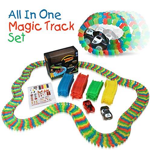 Tomi Tracks in der Dunkelheit leuchtendes Rennbahnset - Rennbahn mit 220 flexiblen Teilen (3,35 Meter) - 2 leuchtende Autos - Einfach aufzubauendes Spielzeug - Wird Kindern Stunden Autorennen-Magie ga