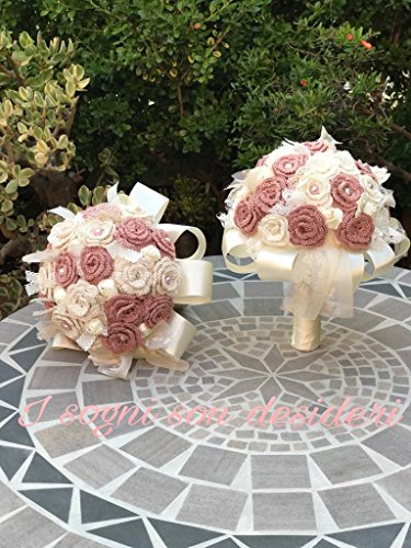 Sposa bouquet shabby chic realizzato interamente a mano, composto da fiori artificiali, roselline lavorate all'uncinetto, arricchito di nastri in raso e pizzi