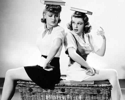 Moviestore Judy Garland als Susan Gallagher unt Lana Turner als Sheila Regan in Ziegfeld Girl 25x20cm Schwarzweiß-Foto -