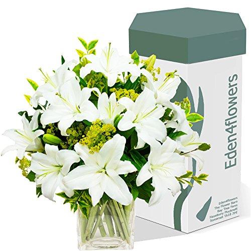 eden4flowers-bqf-cwlb-30x30x35-cm-classic-white-lilies-bouquet-exclusive-flowers-bouquets-birthday-a