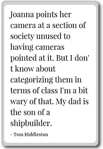 Joanna zeigt ihre Kamera auf einen Abschnitt des Soc. Kühlschrankmagnet mit Zitaten von Tom Hiddleston, weiß