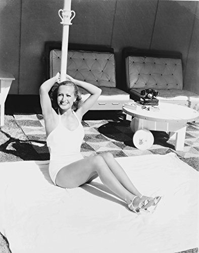 The Poster Corp Joan Crawford Wearing a Swimsuit and high Heels Photo Print (20,32 x 25,40 cm) -
