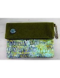 29b64749e6 Clutch - Borsa a mano in Feltro verde muschio e batik cotone color mare